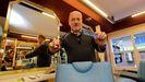 Carlos Lourido Trigo abrió hace medio siglo su salón de peluquería en A Coruña