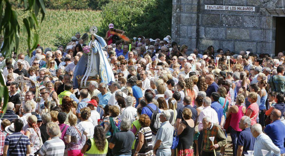 Los fieles se congregaron en torno a la imagen de la Virxe dos Milagres cuando fue sacada en procesión.