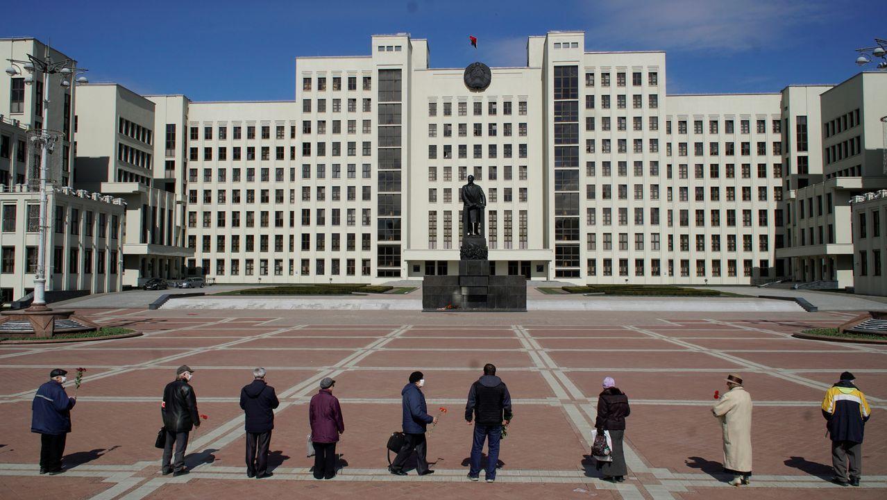 Ofrenda ante el monumento en homenaje a Lenin, del que se conmemora su 150 aniversario