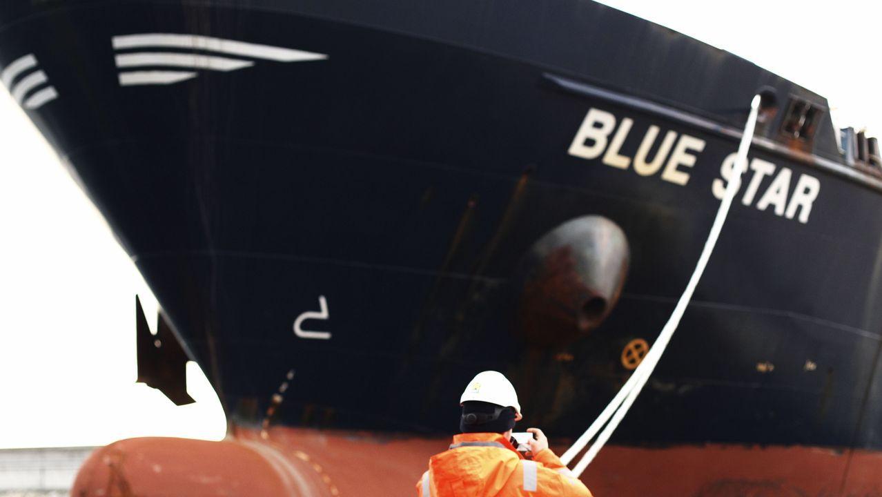 El Blue Star, en el puerto exterior ferrolano, tras ser desencallado en la ría de Ares para ser inspeccionado