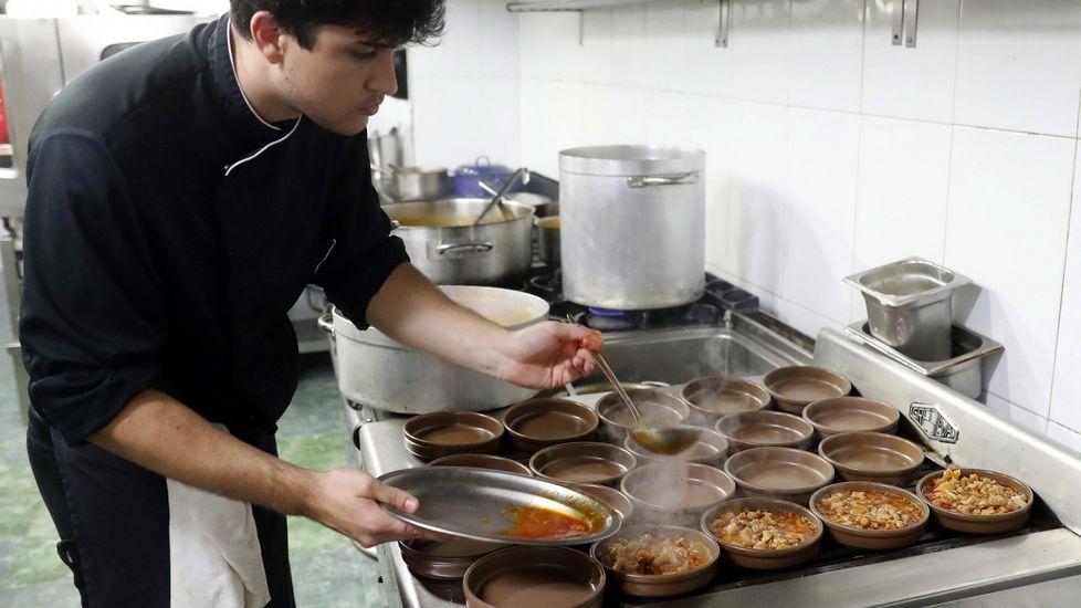 Menú del Desarme en la cocina de un restaurante de Oviedo.