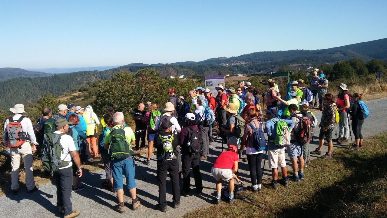 Participantes en un reciente recorrido guiado por el geoparque organizado por el club Montañeiros Celtas