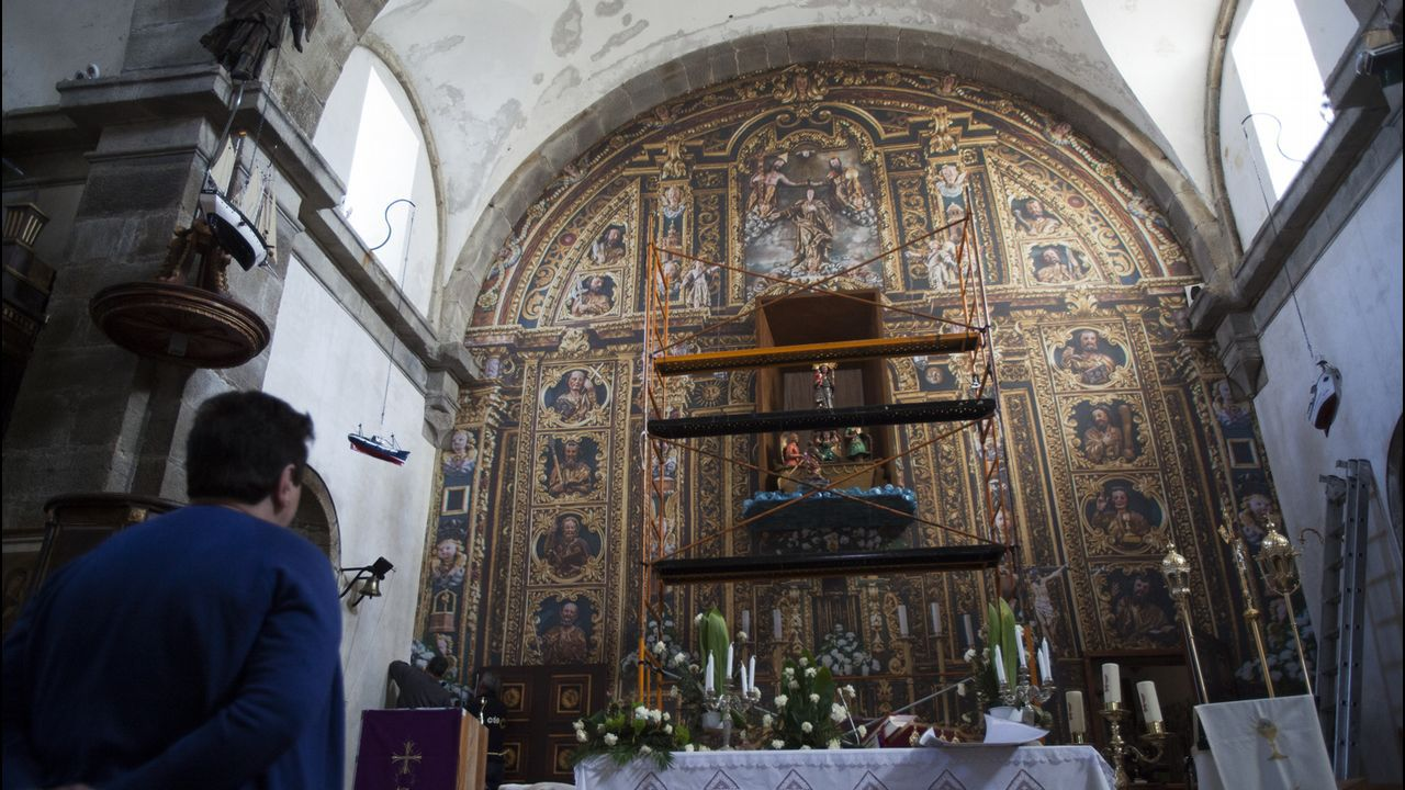 Carballo pon en valor a figura de Alfredo Brañas.Aunque simule su esplendor de antaño, lo que ahora cubre la pared del altar es una fotografía en tela del retablo original