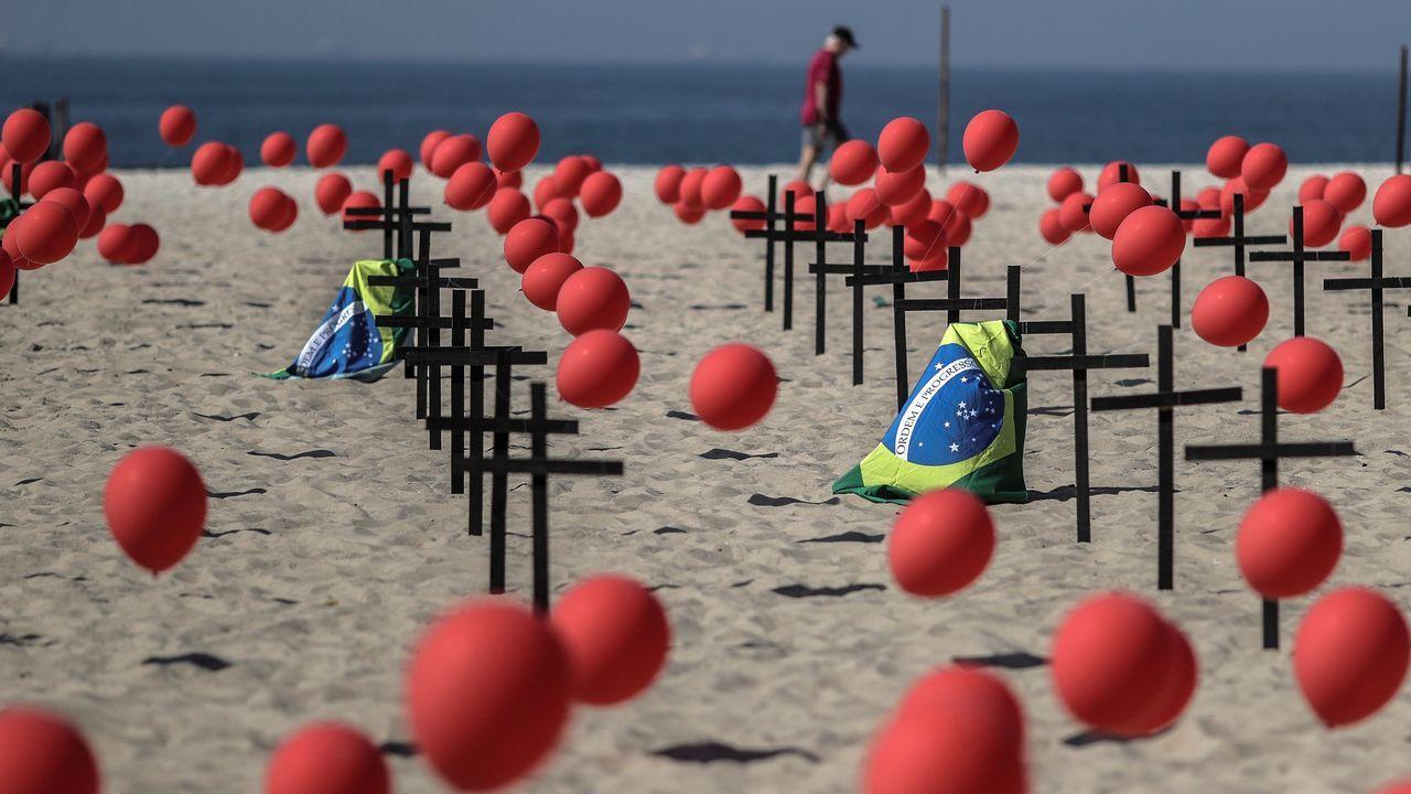 Entre cruces negras y mil globos rojos amaneció este sábado la playa de Copacabana