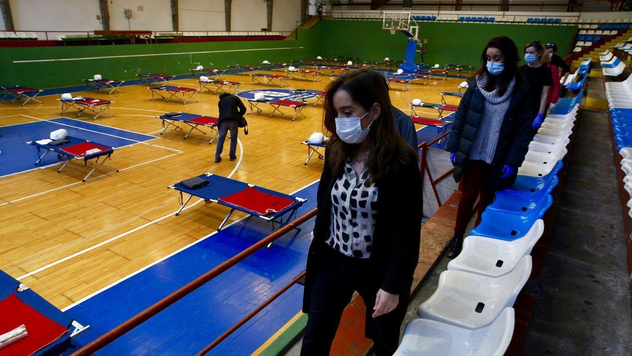 La alcaldesa Inés Reu visita el albergue instalado en el Palacio de los Deportes de Riazor