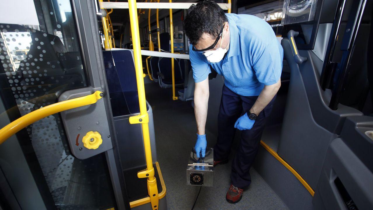 Un operario de Monbus manipulando una máquina de ozono
