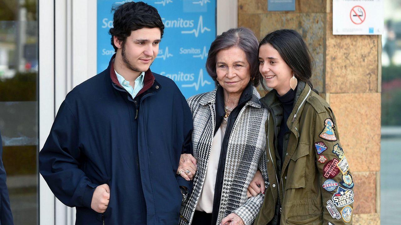 Asíposóla reina Sofía con sus otros nietos.Rajoy y Cifuentes se saludan en Alcalá de Henares