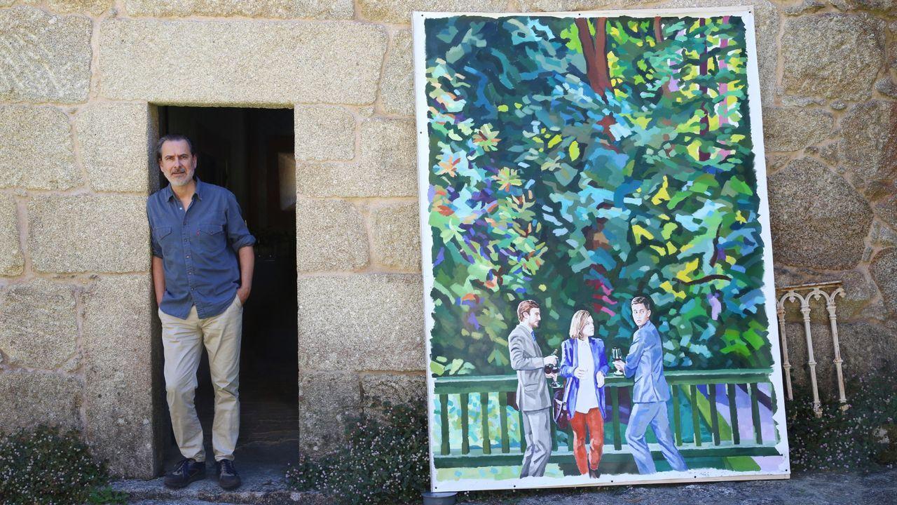 Víctor López-Rúa, con una de sus obras, en el Pazo da Saleta, en Meis