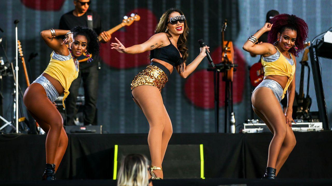 La cantante brasileña Anitta (centro) en su debut en el Rock in Rio