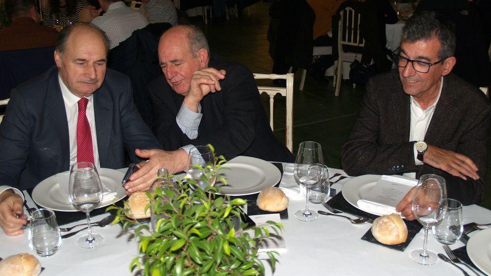 De derecha a izquierda, el alcalde de Sober, su homólogo de Pantón y José Luis Iravedra