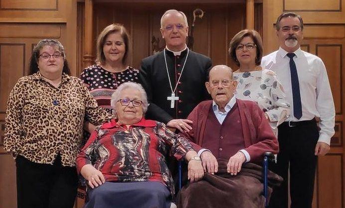 Una imagen reciente del obispo de Ourense con sus padres y sus hermanos