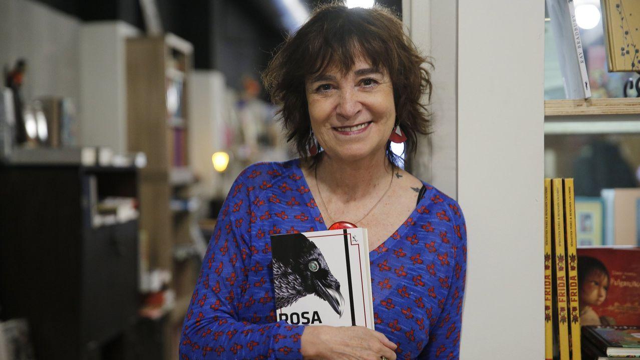 Poda en las palmeras del parque de Via Norte.Rosa Montero en una presentación en la librería Moito Conto, de A Coruña, en marzo del año pasado