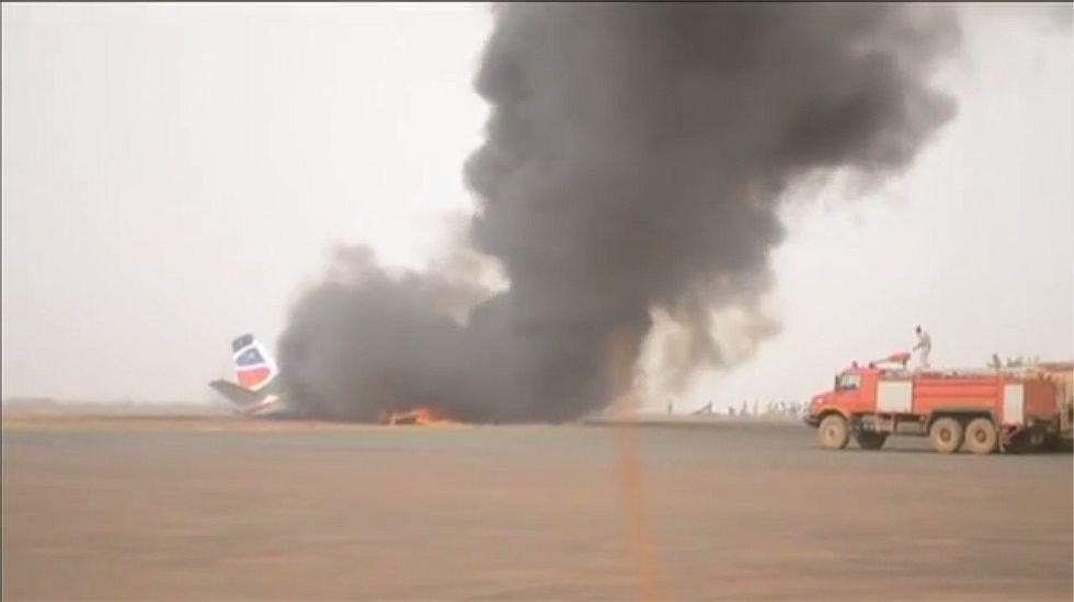 Decenas de heridos en un accidente de avión en Sudán del Sur.El opositor Ahmad al Rabiah estrecha la mano a Hamdan Dagalo, representante de la junta militar de Sudán
