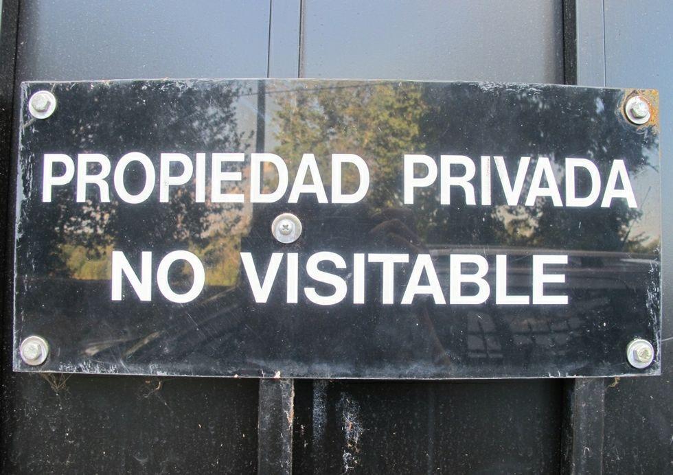Un letrero en la entrada del pazo indica que no se admiten visitas