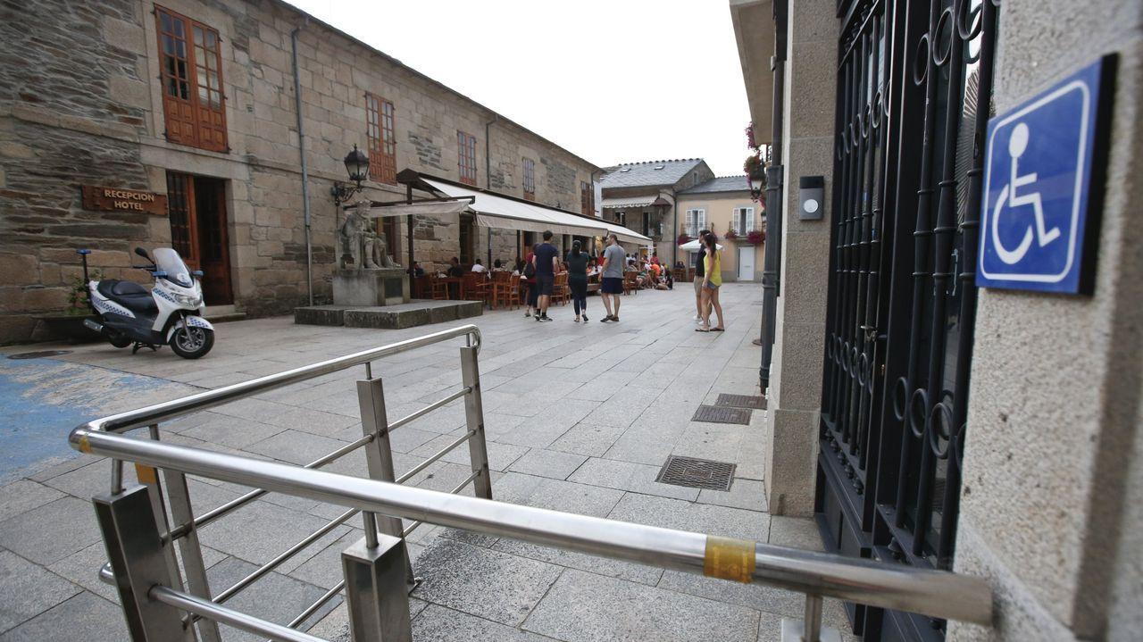 Homenaxe aXela Arias.Puerta de la sede de la Policía Local en Sarria, en una foto de archivo