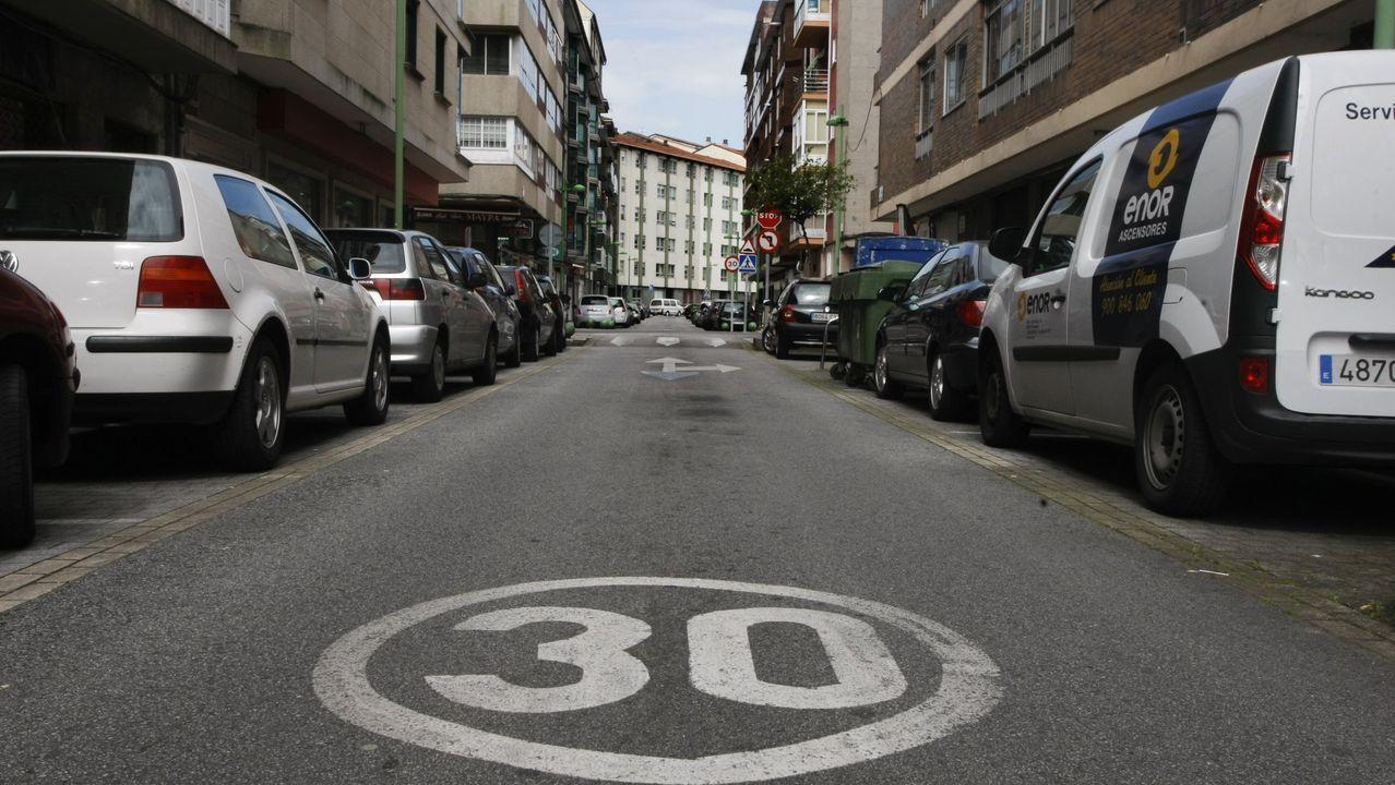 Calle de un carril y de un solo sentido, con límite de 30, como los que se implantarán en todas las ciudades en el 2021