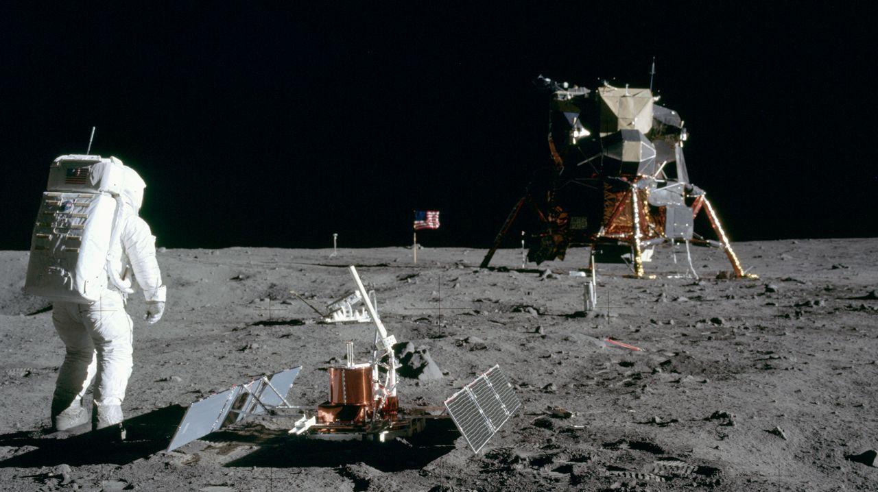 Diez años de la tragedia del Columbia.La NASA colocó en un hangar, sobre un dibujo del transbordador, las piezas localizadas del «Columbia».