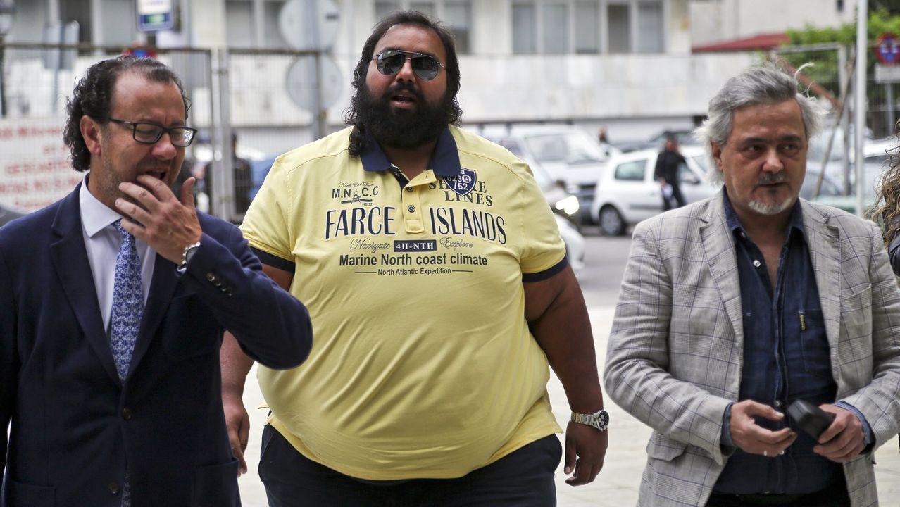 César Adrio, llegando al juzgado custodiado por la Guardia Civil