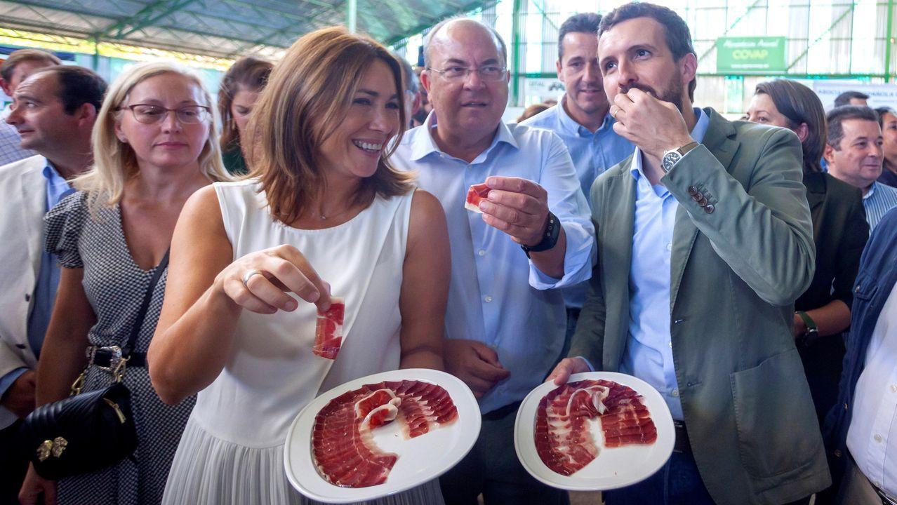 El líder del PP, Pablo Casado, y el líder del PP de Extremadura, José Antonio Monago, degustan jamón ibérico en la Feria Internacional Ganadera de Zafra (Badajoz), en concreto jamón, «como desagravio» por la confusión de Sánchez con el serrano la semana pasada