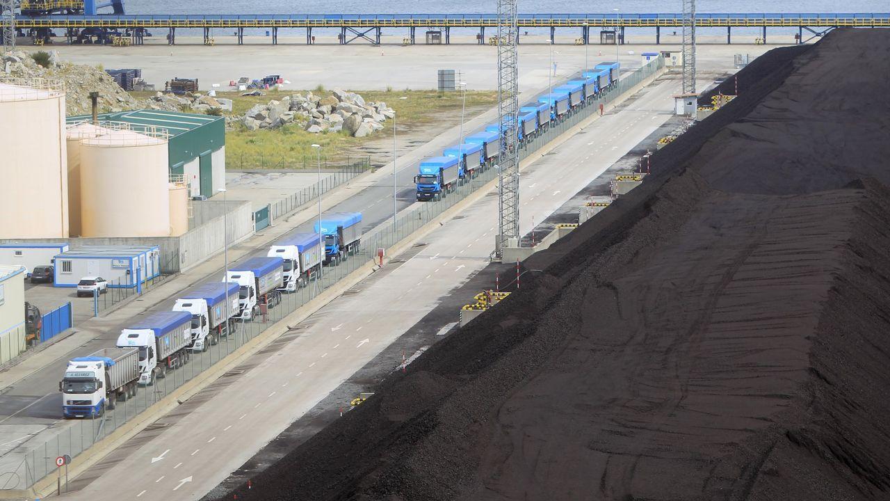 Casado: «Ejerceremos nuestra responsabilidad y nuestra alternativa».Terminal portuaria de Ferrol con carbón para la central de As Pontes y los camiones, listos para transportarlo