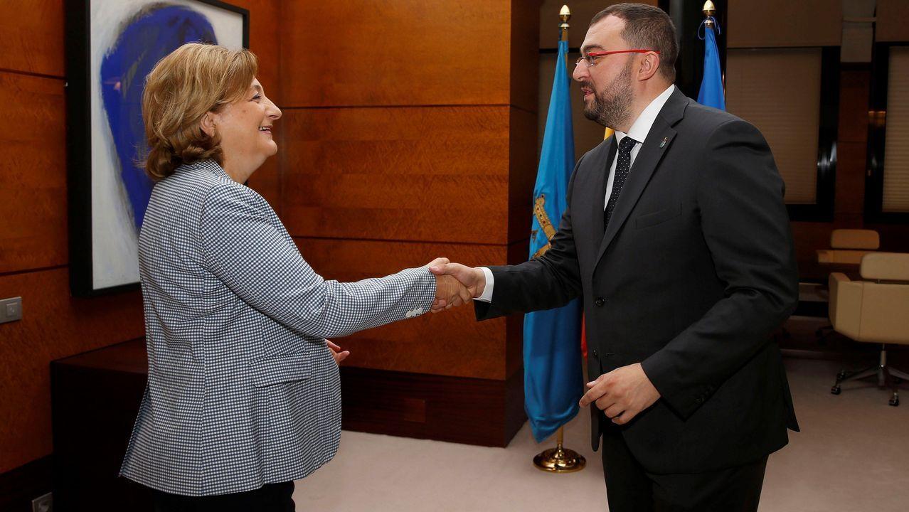 La delegada del Gobierno en Asturias, Delia Losa, y el presidente del Principado, Adrián Barbón (d), durante su encuentro hoy viernes