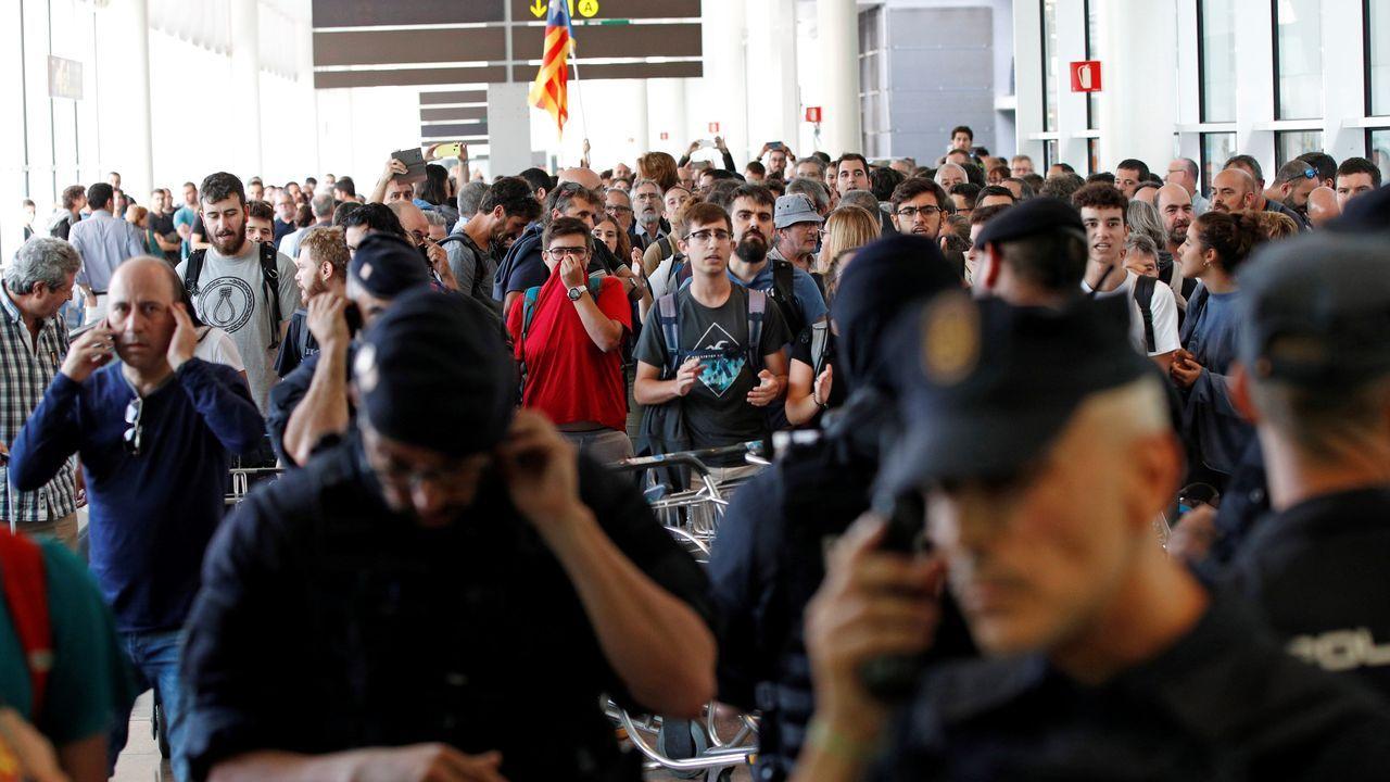 Mossos y Policía Nacional controlan el acceso de personas a la terminal 1 de El Prat