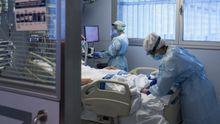 Personal sanitario atendiendo a un paciente ingresado en la Unidad de Cuidados Intensivos (UCI) para enfermos de coronavirus del Hospital Universitario Dr. Josep Trueta de Gerona