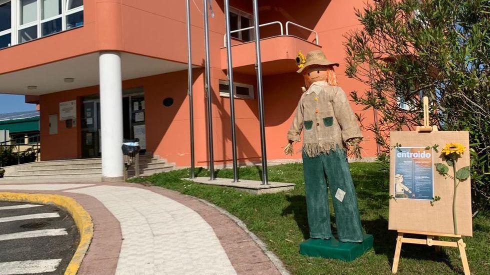 El meco de Cabana, delante del consistorio