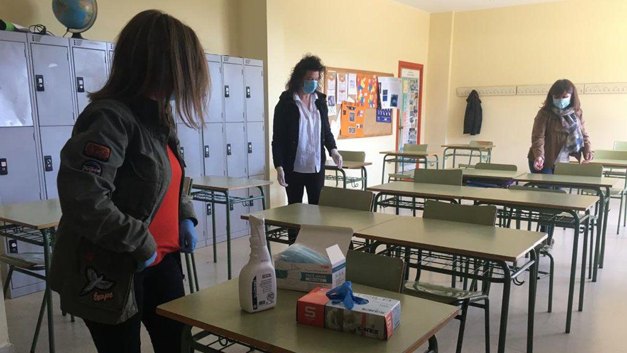 Varias docentes del IES Monte Naranco, separando las mesas de un aula