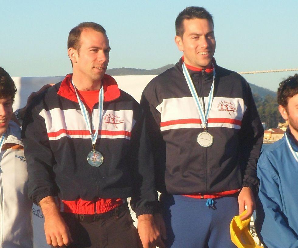 Marcos y Javier Illanes, en lo alto del podio en la prueba de Noia.