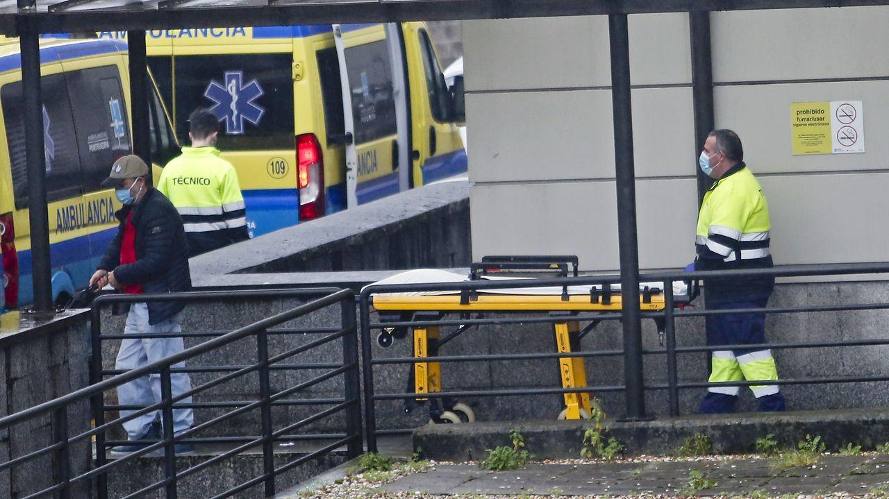 Técnicos en emergencias sanitarias, en el acceso al hospital Montecelo, en Pontevedra