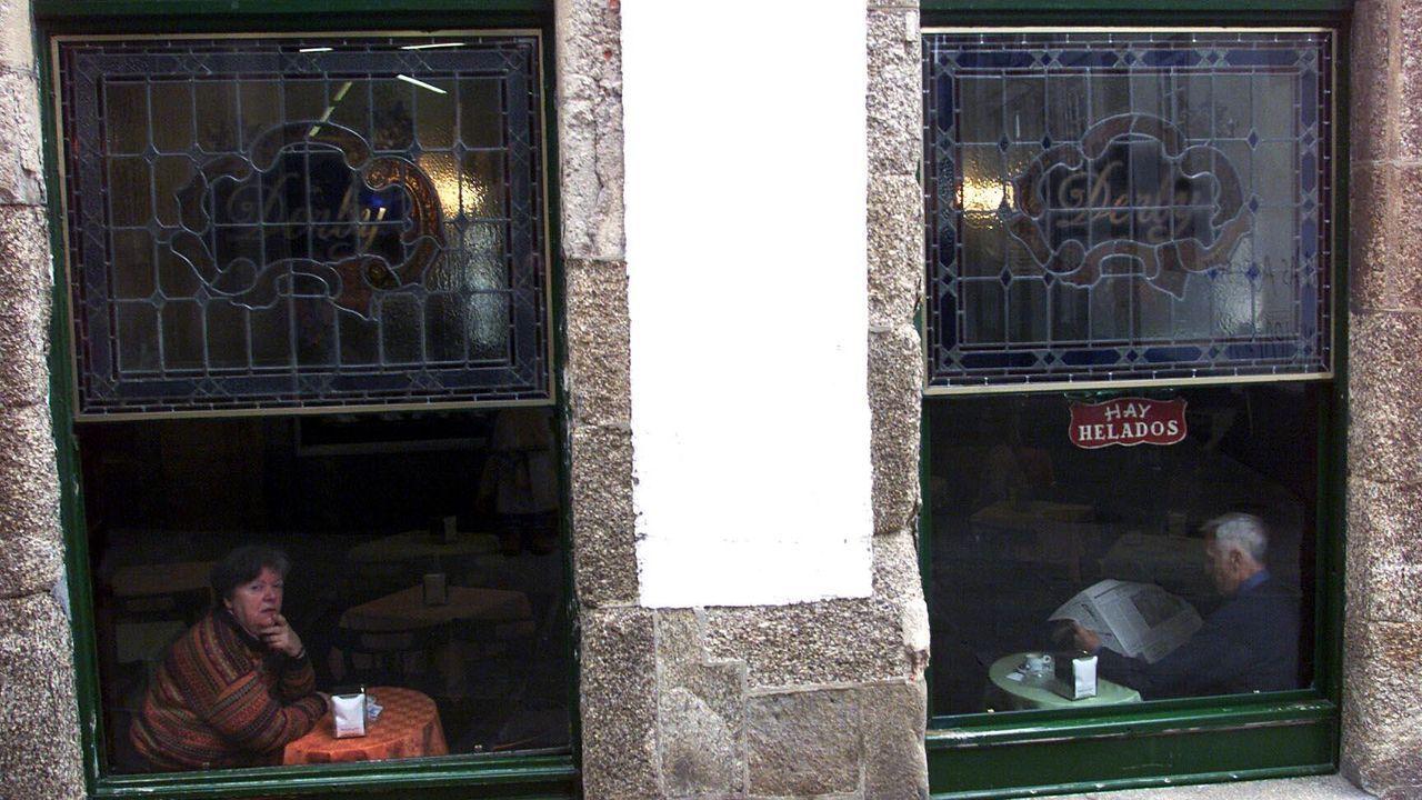 El antes y el después de los Cantones.Los vecinos de Bristol obseran el pedestal donde estaba la estatua de Colston