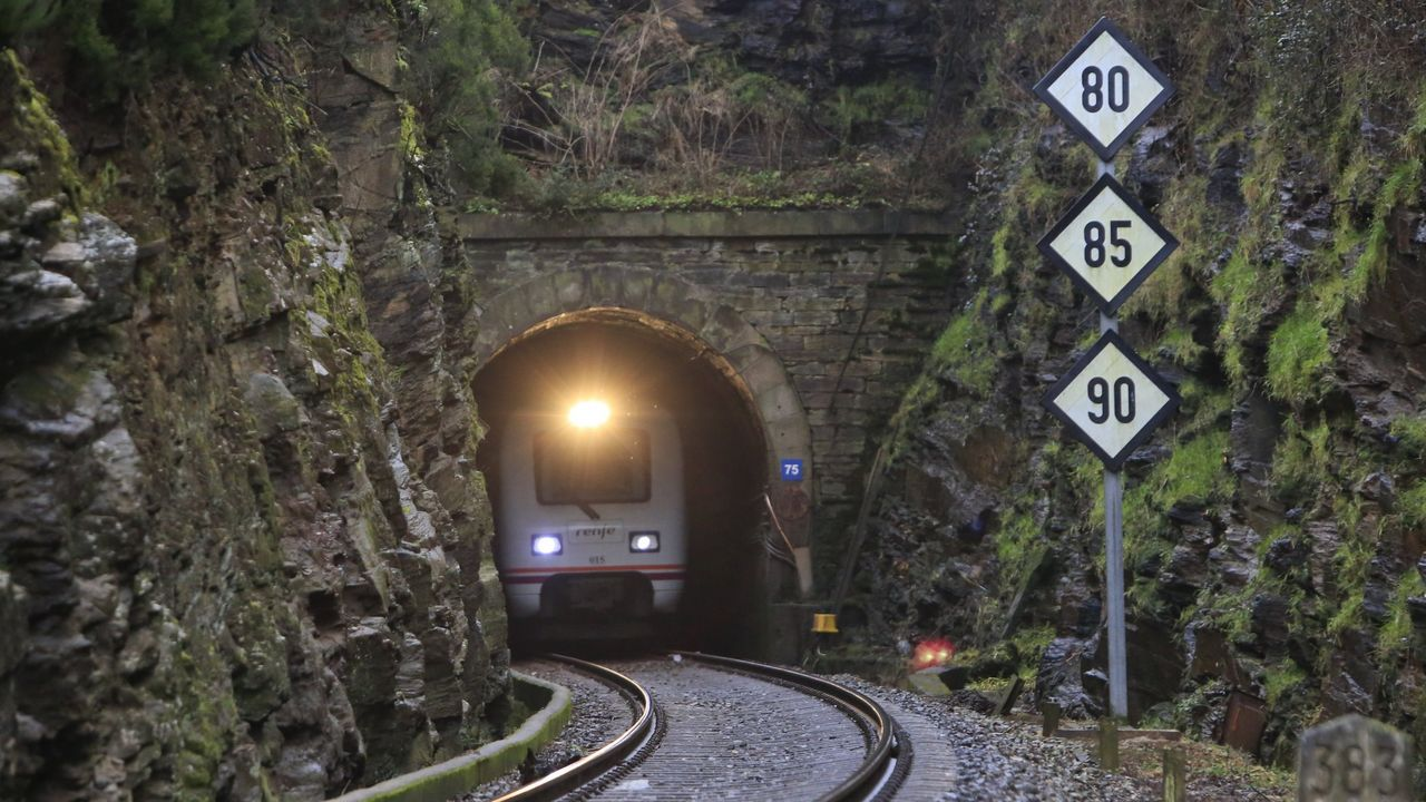 Tren de medias distancia que une A Coruña y Monforte