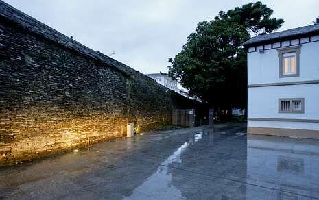 El ascensor estará situado frente a este callejón, en suelo del Concello, que lo recibió de la Diputación.