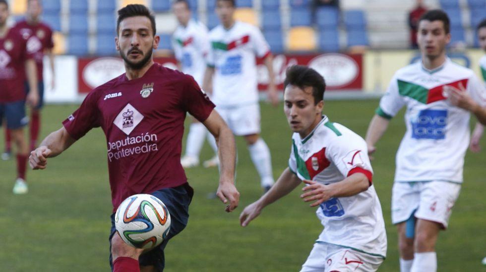 Hugo Soto, en el centro, ante dos rivales del Vilalonga.