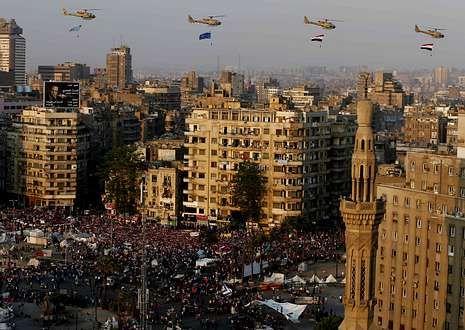 Helicópteros militares y miles de personas festejan en la plaza Tahrir la caída de Mursi.