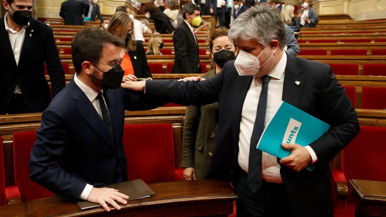 El candidato a la presidencia de la Generalitat, Pere Aragonès, y el portavoz de Junts en el Parlamento catalán, Albert Batet, este jueves al concluir la primera sesión del pleno de investidura