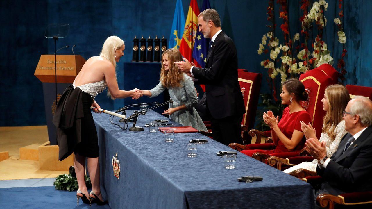 La esquiadora estadounidense Lindsey Vonn (i) recibe de manos de la Princesa Leonor en presencia del Rey Felipe, el premio Princesa de Asturias de los deportes 2019, durante el acto que se celebra este viernes en el Teatro Campoamor de Oviedo