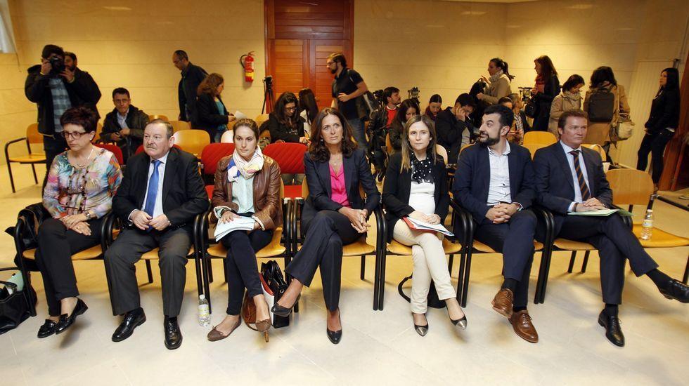 Los siete concejales del PP de Santiago durante el juicio