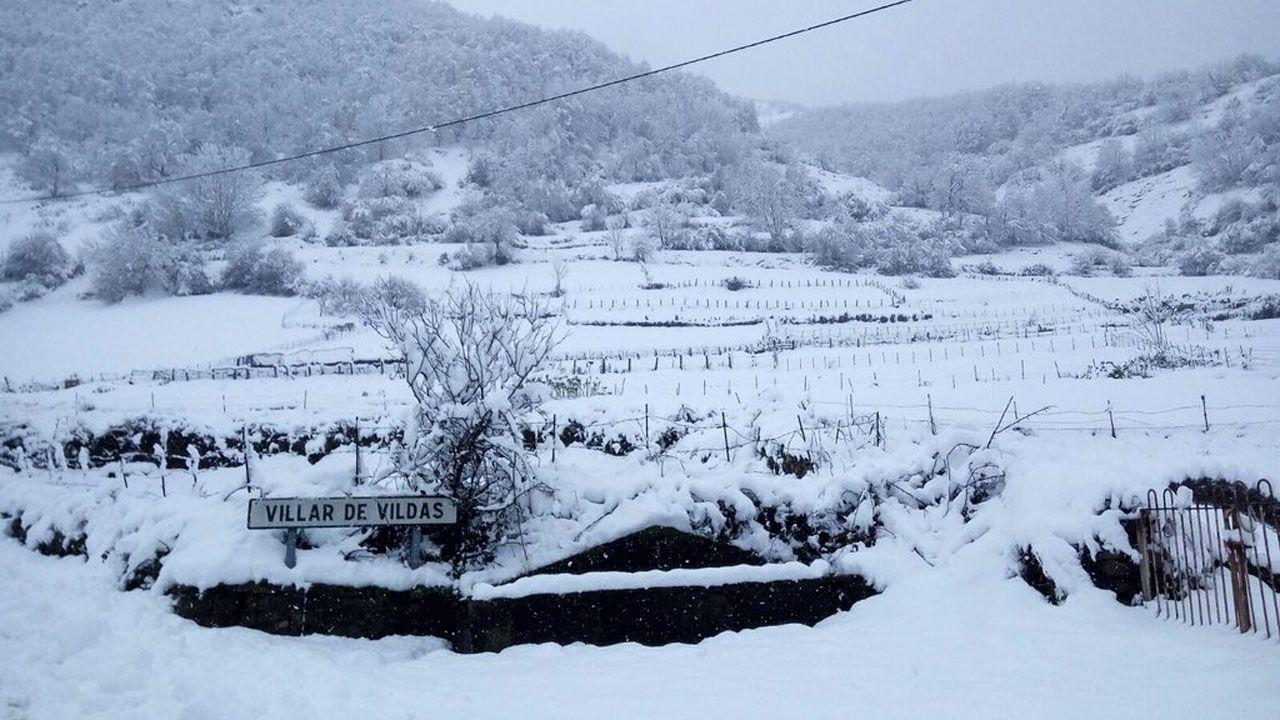 La nieve dificulta el tráfico en la autopista del Huerna.Villas de Valdas, Somiedo