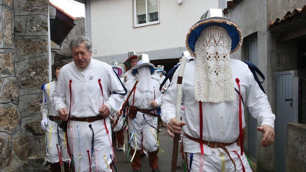 Domingo Lambedoiro en Chantada.Los trajes de los troteiros de Bande llamaron la atención en el carnaval que organizan los centros de enseñanza de Lamas de Abade (Santiago de Compostela).