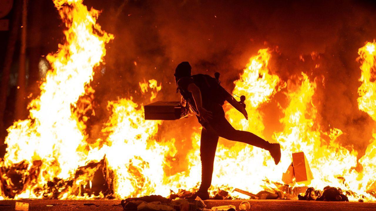 «Grupos violentos coordinados» en las capitales catalanas.Efectivos de la Policía Nacional, intentan repeler a los manifestantes que, convocados por la plataforma Tsunami Democrátic, están cercando los accesos al aeropuerto de El Prat en Barcelona
