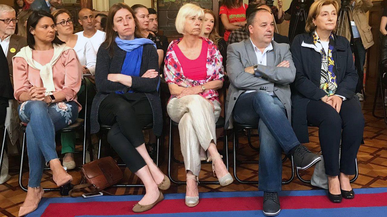 La delegada del Gobierno, Delia Losa, junto a diputados de la Junta General
