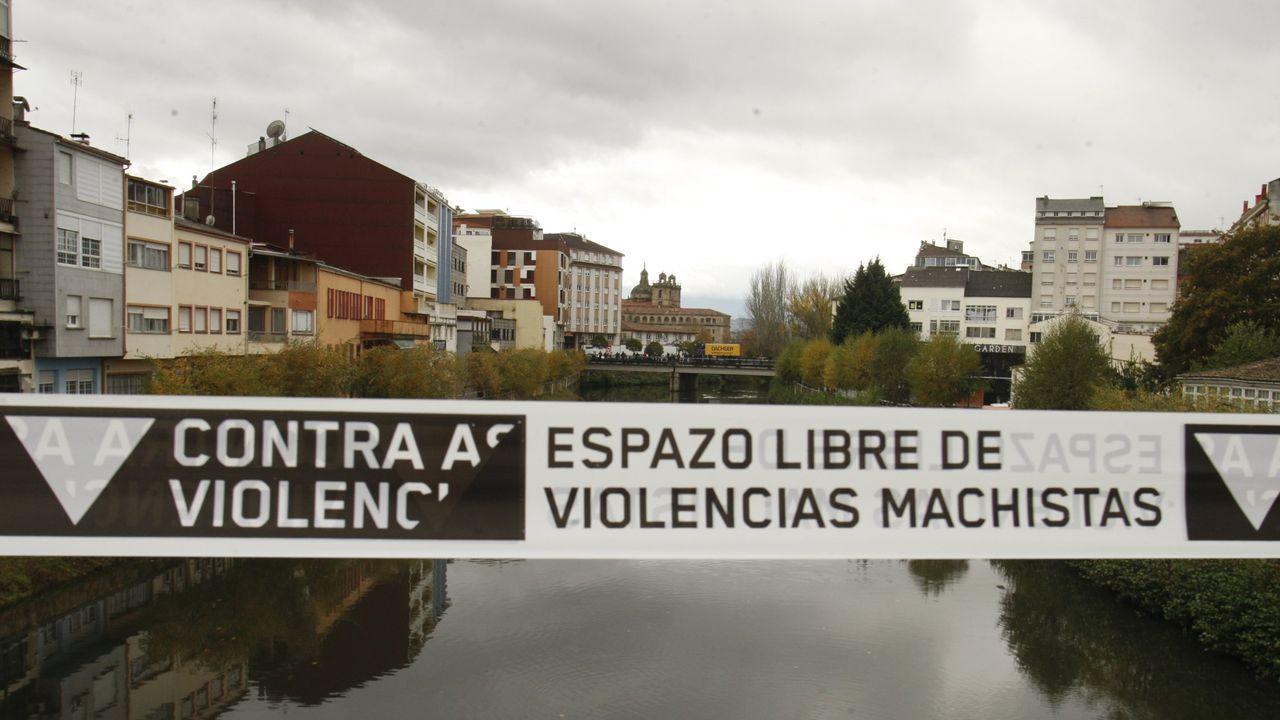 Pancarta colocada en el puente viejo de Monforte con motivo del día mundial contra la violencia machista, en una foto de archivo