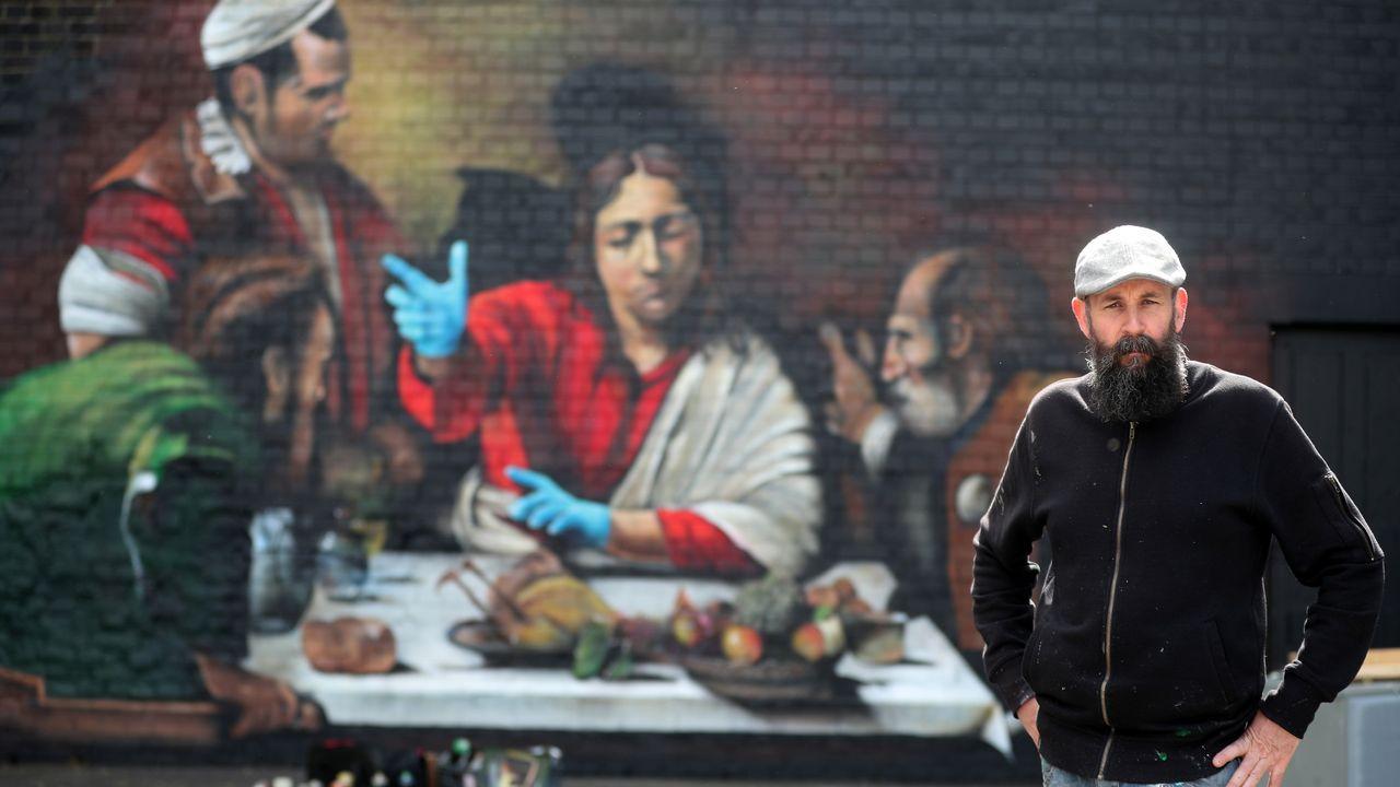 El artista Lionel Stanhope ha reinterpretado a Caravaggio en un mural en Londres en el que no faltan los guantes