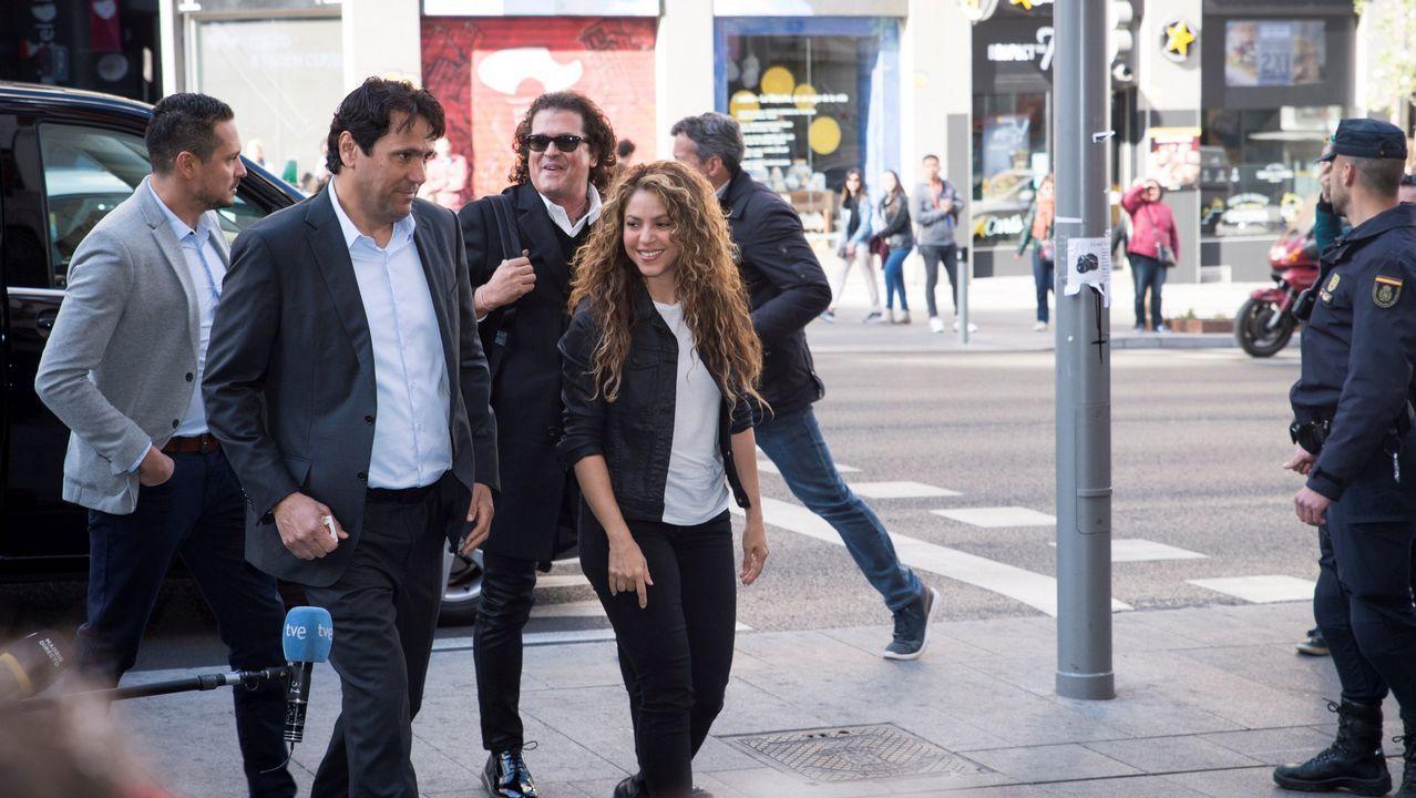 Shakira, de nuevo en el banquillo de los acusados.Shakira, con Carlos Vives (con gafas de sol), a su llegada a los juzgados en Madrid