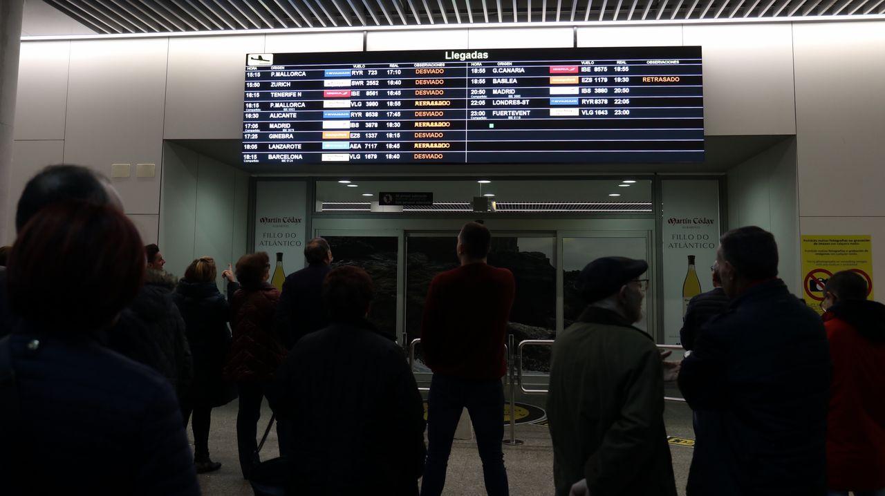 Caos en la zona de llegadas del aeropuerto de Santiago por vuelos cancelados o retrasados
