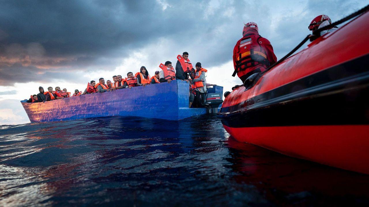 Migrantes a la espera de puerto en el Mediterráneo central, cerca de Sicilia