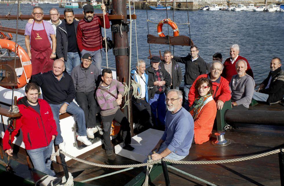 Los representantes de las asociaciones mantuvieron la reunión a bordo del «Joaquín Vieta».
