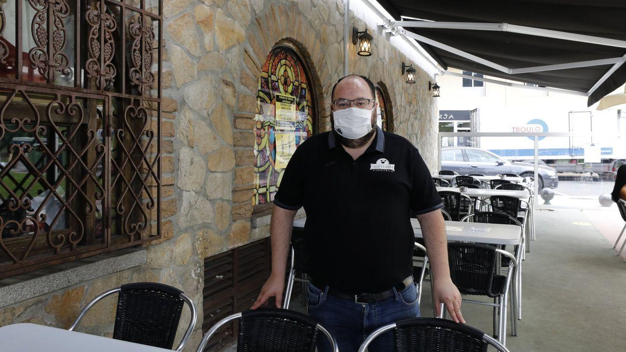 «Felices festas e, sobre todo, moita saúde», desean Abilio Golpe, gerente de Vinoteca Aquitania, y los profesionales que trabajan con él en Covas (Viveiro)
